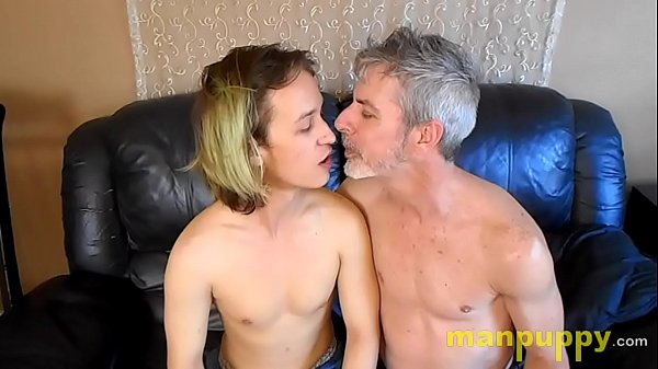 Gay 19-year-old Twink & 50yo Daddy Kissing and Tongue Worship – Zeke Wolf – Richard Lennox – Manpuppy